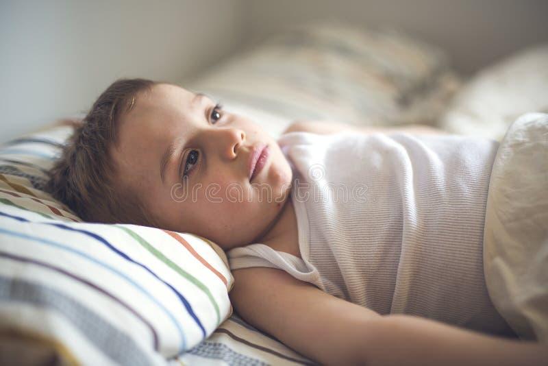 在床上的年轻男孩 库存图片