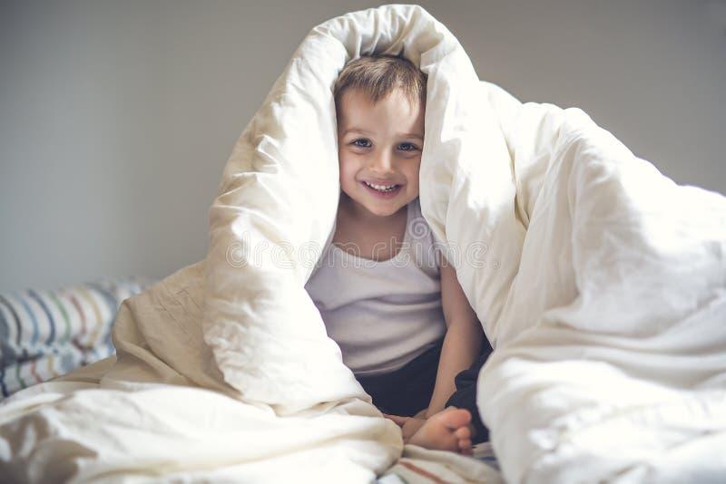 在床上的年轻男孩 免版税库存图片