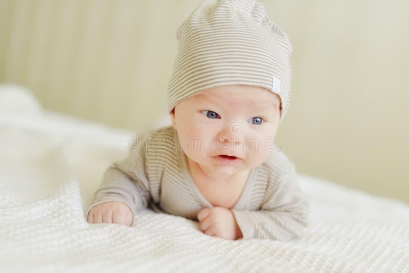 在床上的新出生的婴孩 免版税库存照片