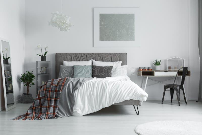 在床上的方格的毯子 免版税库存照片