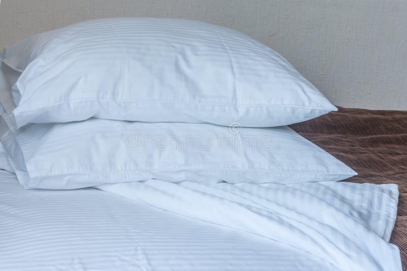 在床上的枕头 免版税库存图片