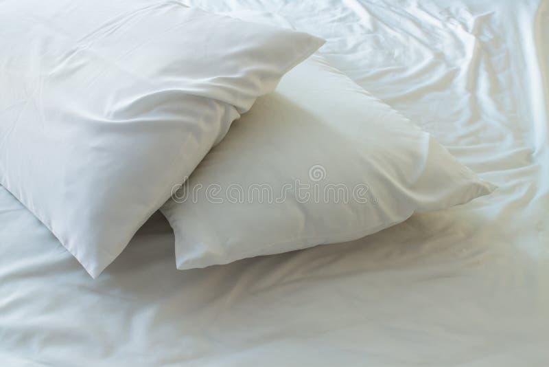 在床上的枕头 免版税图库摄影