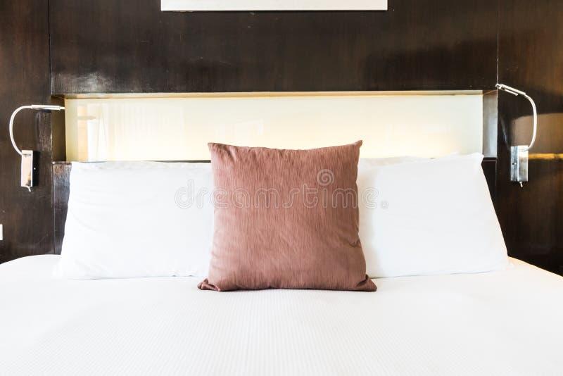 Download 在床上的枕头 库存照片. 图片 包括有 豪华, 纺织品, bedaub, 设计, 旅馆, 住宅, 空白, 蓝色 - 72363124