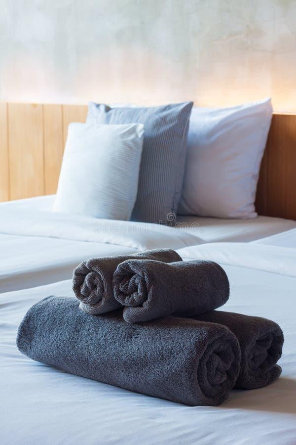 在床上的毛巾卷在旅馆客房 库存照片