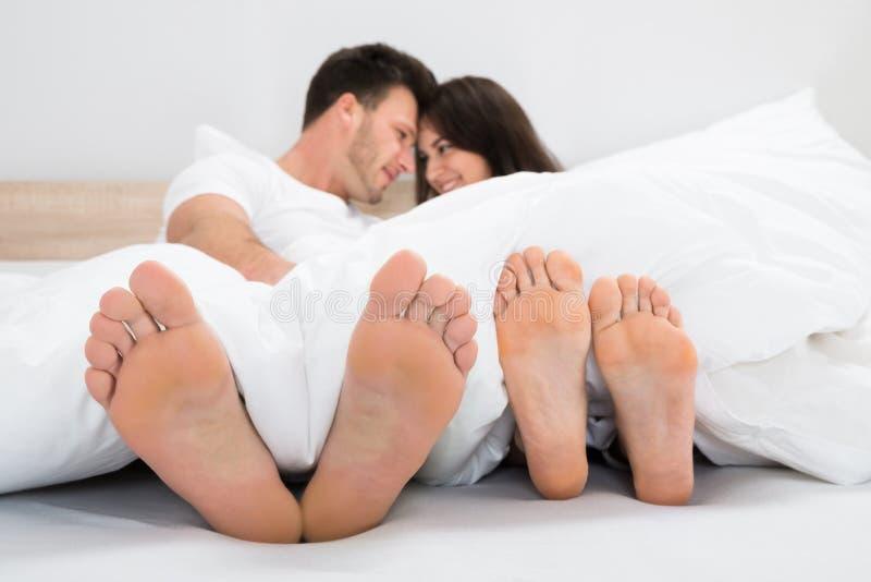 在床上的浪漫夫妇 免版税图库摄影