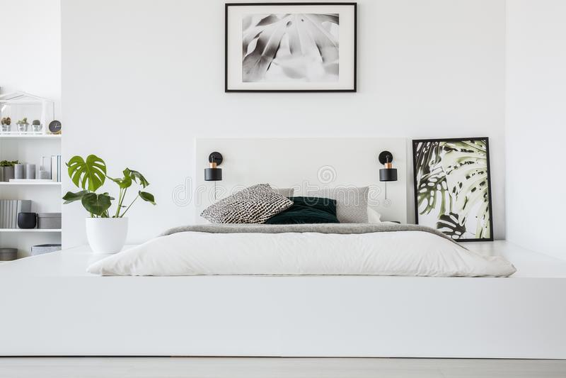 在床上的海报在白色卧室内部的平台与计划 库存图片