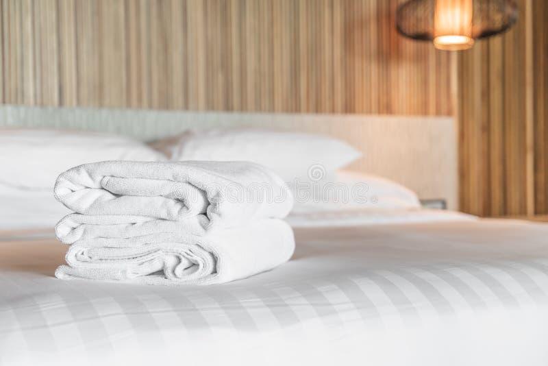 在床上的白色毛巾 免版税图库摄影