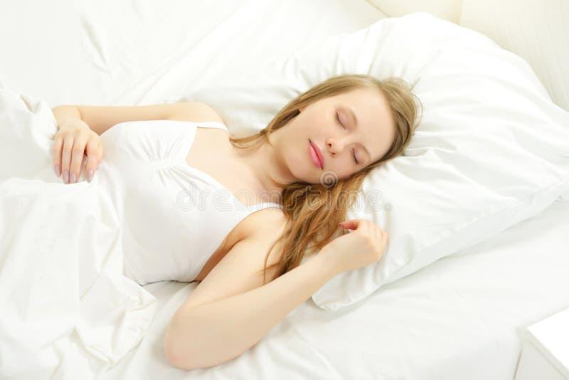 在床上的睡觉的女孩 库存图片