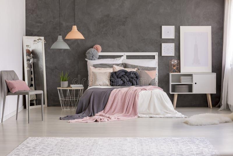 在床上的结坐垫 库存照片