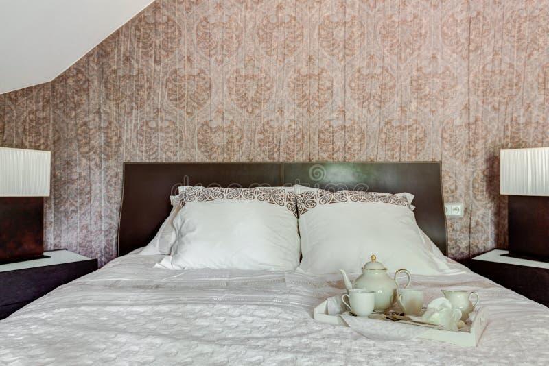 在床上的茶具 图库摄影