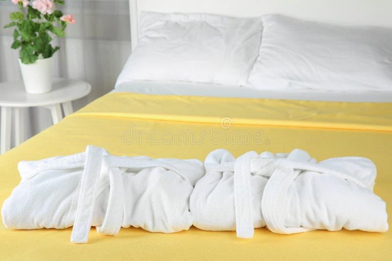 在床上的被折叠的浴巾 图库摄影