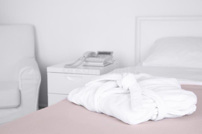 在床上的被折叠的浴巾 免版税库存照片
