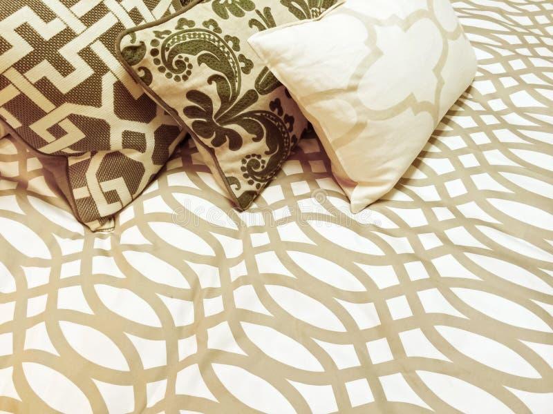 在床上的装饰坐垫 库存图片