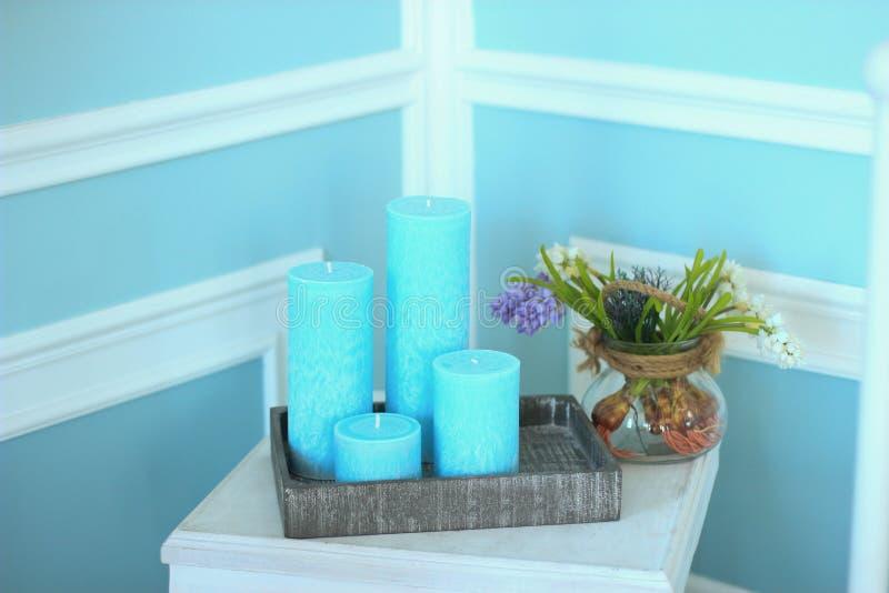 在床头柜上的蜡烛在卧室 库存照片