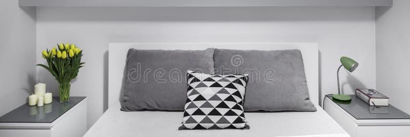 在床旁边的两nightstands 图库摄影
