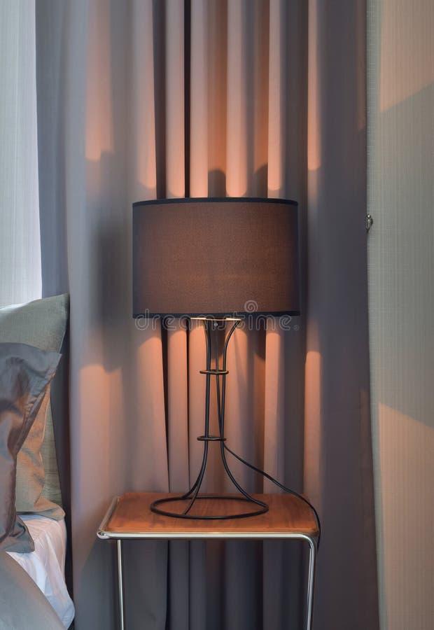 在床旁边的黑树荫台灯 免版税库存照片