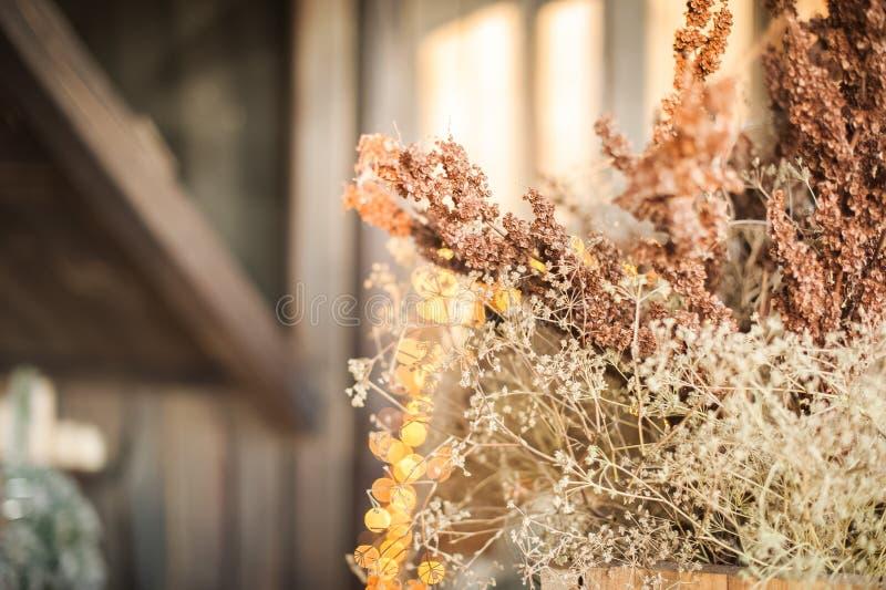 在床附近的圣诞树 在花瓶的干草,defocus,bokeh 斯堪的纳维亚样式卧室内部在圣诞节下 土气Te 库存照片