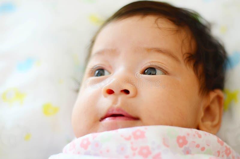 在床,选择聚焦上的逗人喜爱的亚裔女婴 免版税库存照片