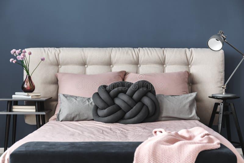 在床头柜上的桃红色花 免版税库存照片