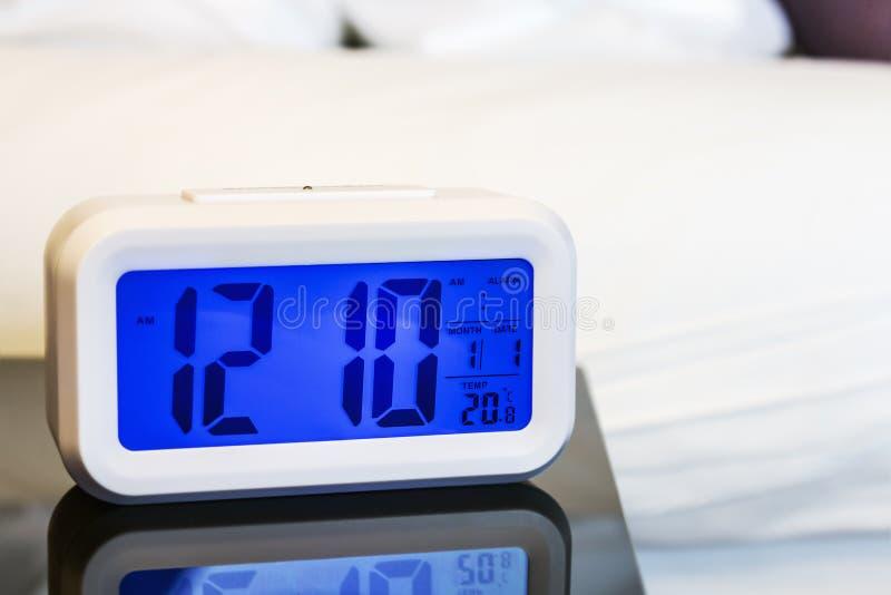 在床头柜上的闹钟电子立场 免版税图库摄影