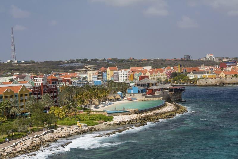 在库拉索岛五颜六色的海岸的水池  库存照片