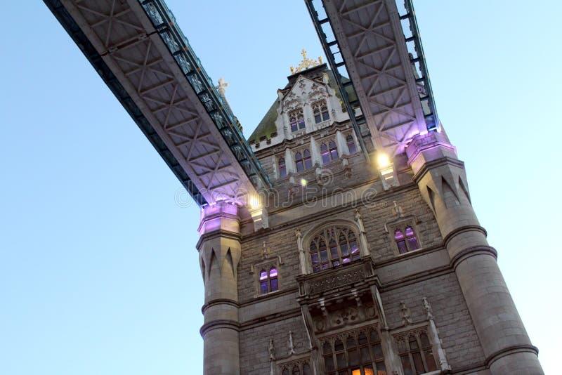 在底下关闭伦敦塔桥梁在暮色英国英国 免版税库存图片