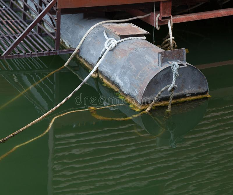 在底下焊接人造被制造的浮动生铁浮船的平台支持小游艇船坞船坞系统,包括船库和 免版税库存照片