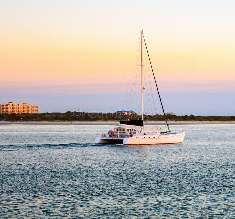在庞塞灯塔跳船的日落风帆在佛罗里达 免版税图库摄影