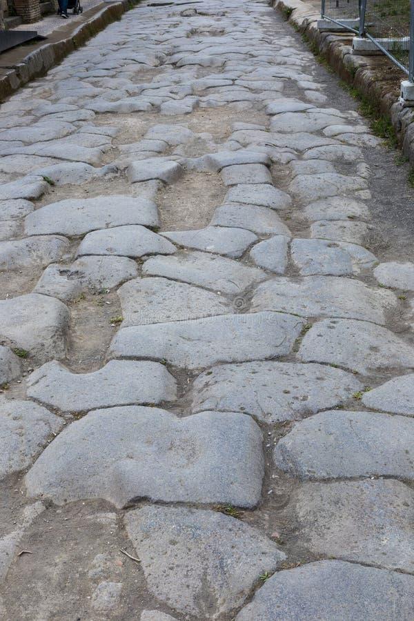 在庞贝城,意大利古色古香的罗马的被铺的街道  库存照片