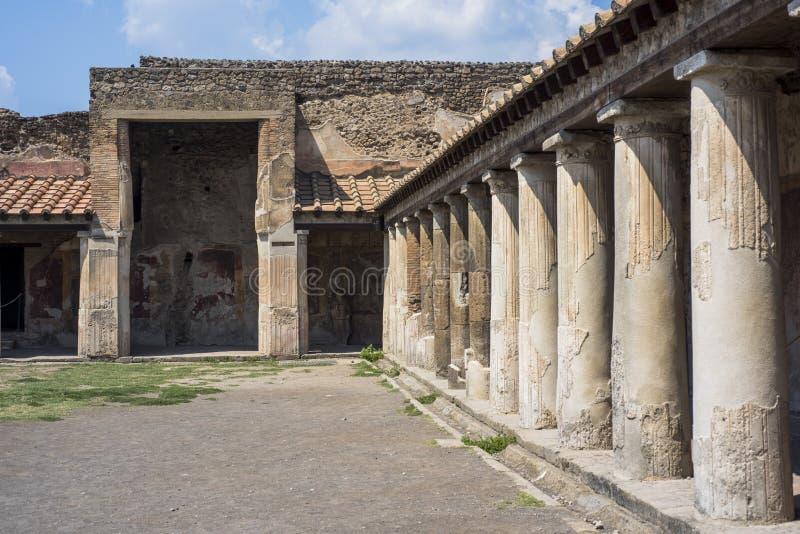 在庞贝城,意大利废墟的一条古老被修补的街道,2019年 库存照片