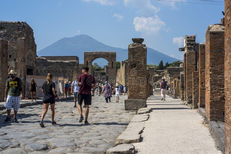 在庞贝城,意大利废墟的一条古老被修补的街道,2019年 图库摄影