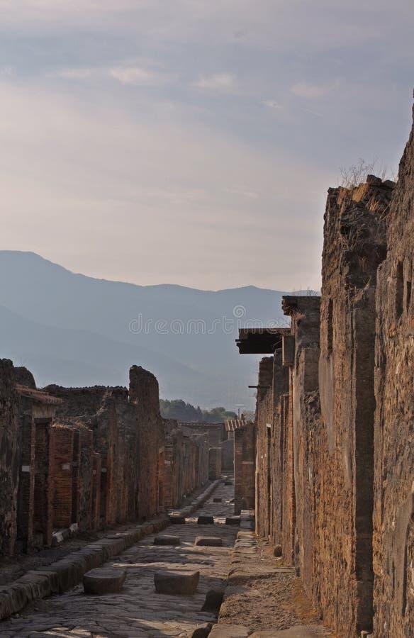 在庞贝城,意大利废墟的一条古老被修补的街道  维苏威火山毁坏的罗马镇 免版税库存照片