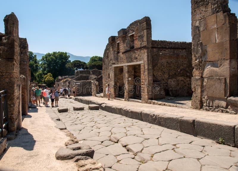 在庞贝城,意大利废墟的一条古老被修补的街道  维苏威火山毁坏的罗马镇 库存图片