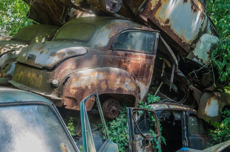 在废品旧货栈的生锈的汽车 免版税库存照片