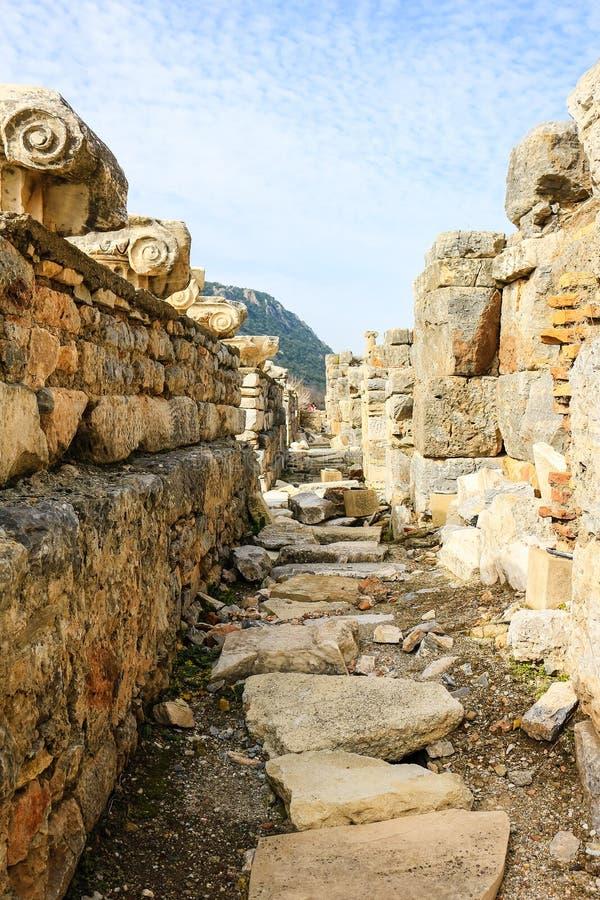 在废墟的古老走道在以弗所,土耳其 免版税库存图片