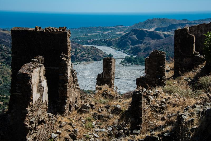 在废墟的看法在阿斯普罗蒙特山国立公园在卡拉布里亚 免版税库存图片