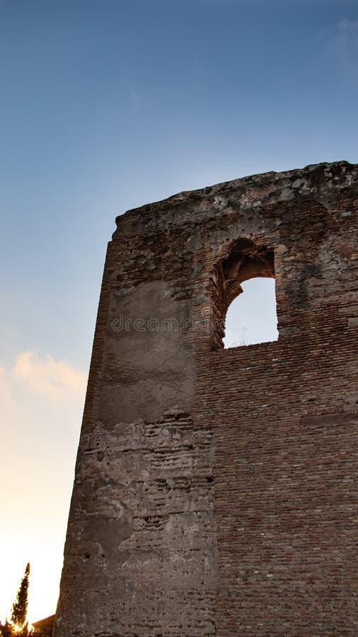 在废墟的老石建筑学与窗口 免版税库存图片