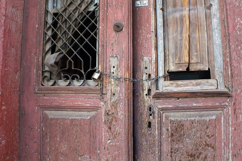 在废墟的老红色门 图库摄影