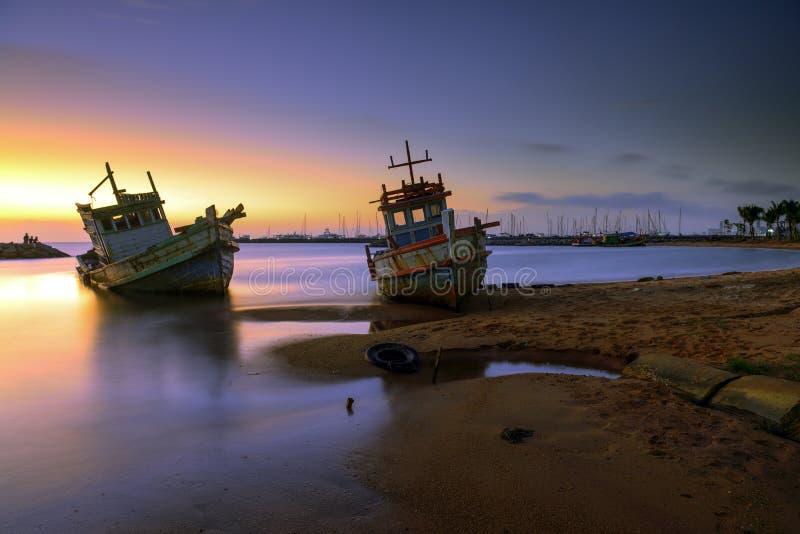 在废船的晚上 免版税图库摄影
