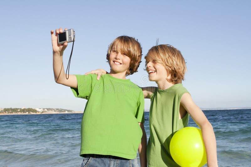 在度假或节假日的孩子 免版税库存图片