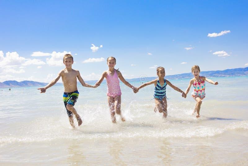 在度假的孩子在海滩 库存图片