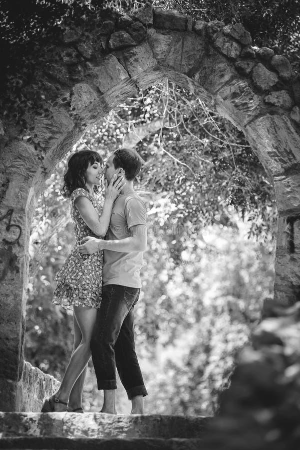 在度假的愉快的夫妇 愉快的人和女孩 恋人在晚上公园开心 免版税图库摄影