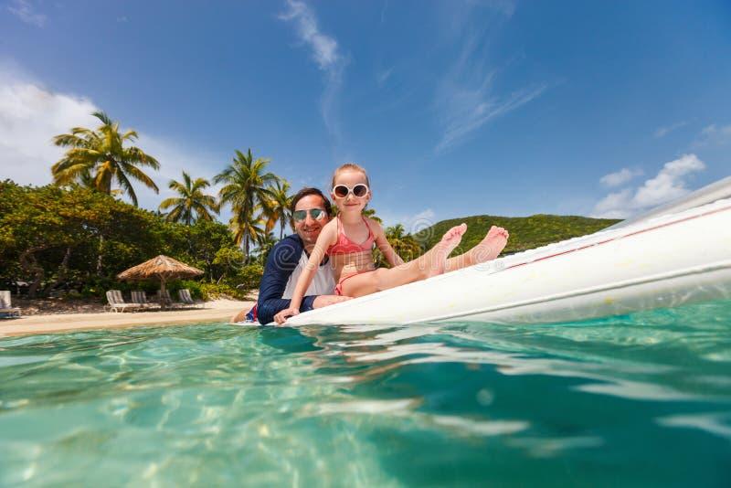 在度假的父亲和女儿 免版税库存图片