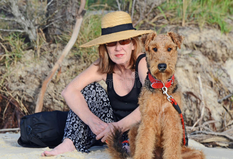 在度假的端庄的妇女&大狗狗狗 免版税库存照片
