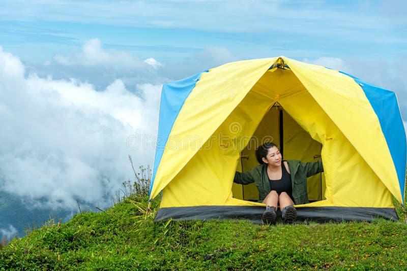 在度假野营在森林山,泰国的愉快的旅客生活方式妇女 免版税库存照片
