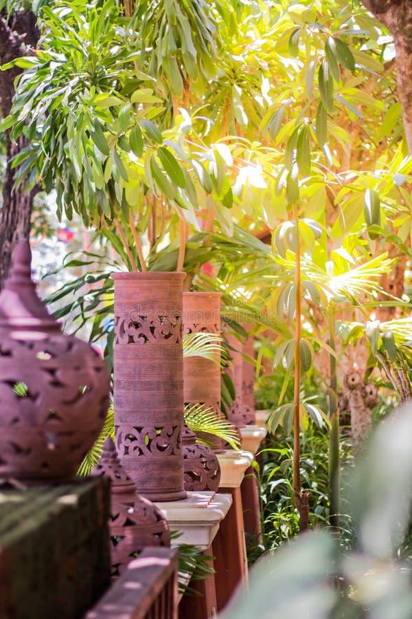 在庭院和树装饰的美丽的手工制造陶器灯与光 库存图片
