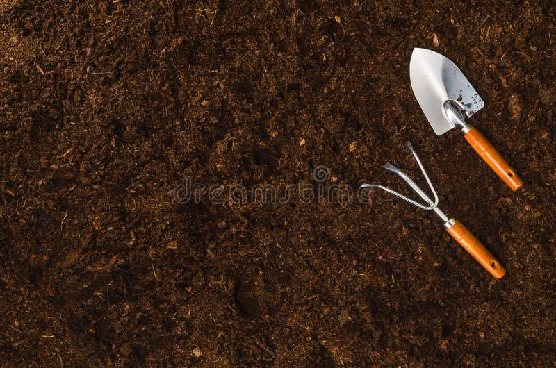 在庭院土壤的园艺工具构造背景顶视图 免版税库存照片