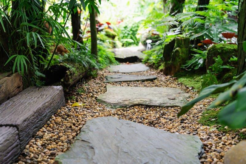 在庭院步石头的石走道在石渣 库存照片