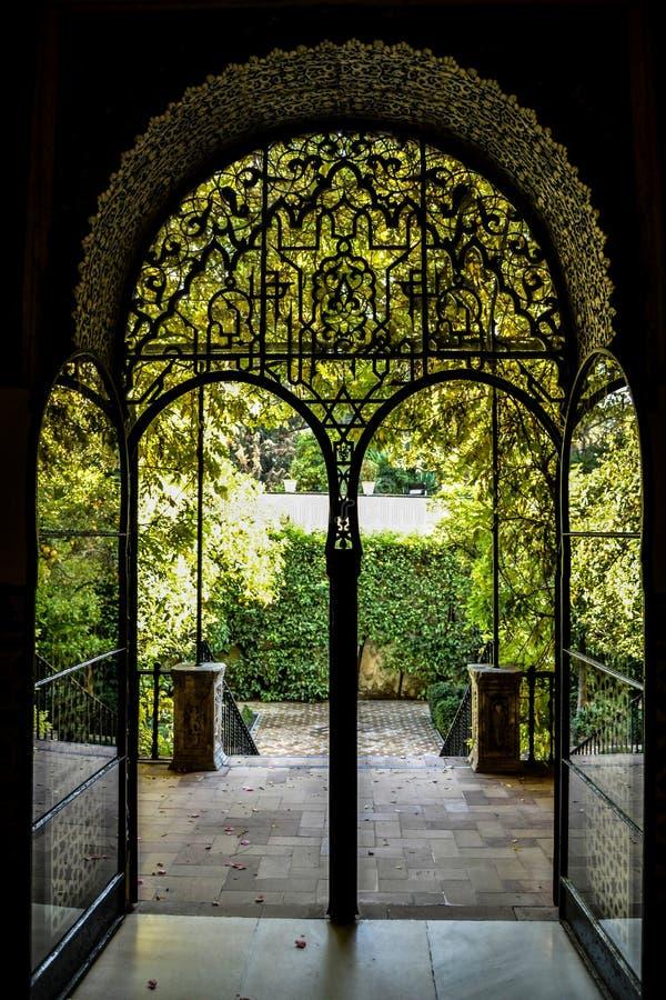 在庭院的门 库存图片