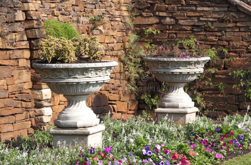 在庭院设置的两个缸花盆 免版税库存照片